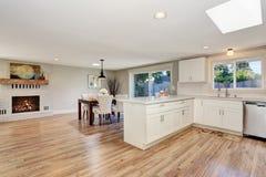 Interior moderno da sala da cozinha nos tons brancos com assoalho de folhosa foto de stock