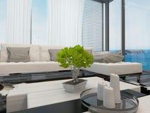 Interior moderno da sala de estar que negligencia o mar Fotos de Stock