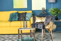 Interior moderno da sala de visitas com poltrona Foto de Stock Royalty Free