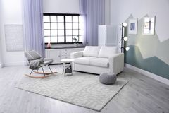 Interior moderno da sala de visitas com sofá confortável imagens de stock royalty free