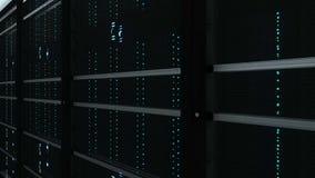Interior moderno da sala do servidor na tecnologia da telecomunicação do datacenter, da rede da Web e do Internet, armazenamento  video estoque