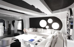 Interior moderno da sala em cores preto e branco Foto de Stock