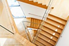Interior moderno de la arquitectura con las escaleras de madera Foto de archivo libre de regalías