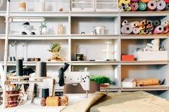 Interior moderno de la atmósfera creativa del diseñador imágenes de archivo libres de regalías