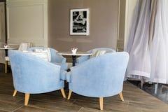 Interior moderno de la barra con las sillas azules del terciopelo Fotografía de archivo