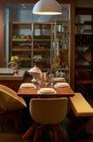 Interior moderno de la cocina con las placas, los vidrios y el corte blancos limpios Foto de archivo