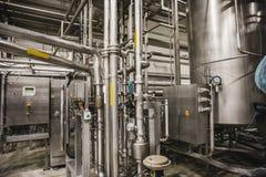 Interior moderno de la fábrica de la cervecería Los tanques de acero o cubas para la cerveza de la filtración, las líneas del tub fotografía de archivo libre de regalías
