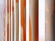 Interior moderno de la pared adornado con las columnas verticales Imagen de archivo libre de regalías