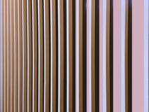 Interior moderno de la pared adornado con los tablones de madera verticales Fotos de archivo libres de regalías