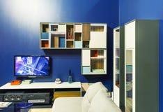 Interior moderno de la sala de estar con el sofá blanco Imagen de archivo libre de regalías