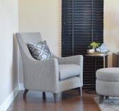 Interior moderno de la sala de estar con la almohada en la butaca gris Fotografía de archivo libre de regalías