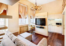 Interior moderno de la sala de estar del estilo del minimalism fotos de archivo