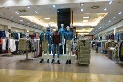 Interior moderno de la tienda de ropa Imágenes de archivo libres de regalías