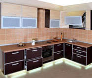 Interior moderno de lujo de la cocina con las luces Fotos de archivo libres de regalías