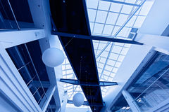 Interior moderno del asunto con el techo de cristal Imágenes de archivo libres de regalías