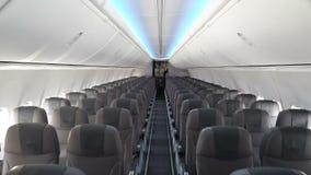 Interior moderno del avión de pasajeros metrajes