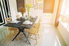 Interior moderno del comedor con la luz caliente del sol Relaje el día en comedor en día libre y ninguna actividad fotografía de archivo