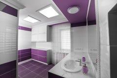 Interior moderno del cuarto de baño con un panel del mosaico fotografía de archivo