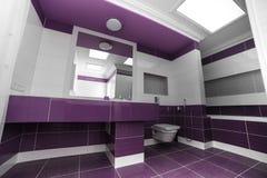 Interior moderno del cuarto de baño con un panel del mosaico fotos de archivo