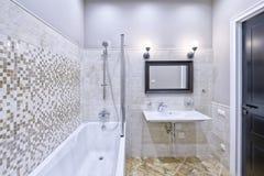 Interior moderno del cuarto de baño en la nueva casa Imagen de archivo