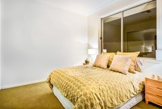 Interior moderno del dormitorio en un apartamento lujoso fotos de archivo libres de regalías