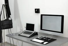 Interior moderno del lugar de trabajo con los ordenadores en la tabla foto de archivo