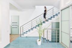 Interior moderno del pasillo en estilo del minimalism fotografía de archivo