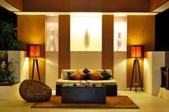 Interior moderno del pasillo en la iluminación de la noche Imagen de archivo
