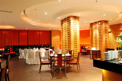 Interior moderno del restaurante en la iluminación de la noche Imagen de archivo libre de regalías