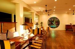 Interior moderno del restaurante en la iluminación de la noche Fotos de archivo libres de regalías