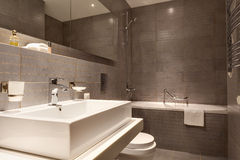 Interior moderno do banheiro