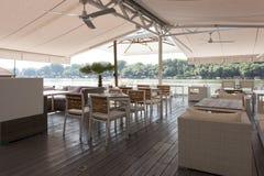 Interior moderno do café do beira-rio na manhã fotos de stock royalty free