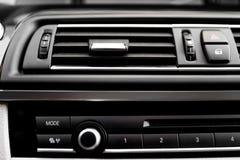 interior moderno do carro com close-up de furos do sistema do venitlation Imagens de Stock