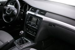 Interior moderno do carro Volante, painel, velocímetro, exposição imagem de stock royalty free