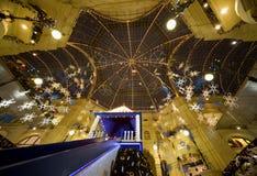 Interior moderno do centro comercial na noite fotos de stock royalty free