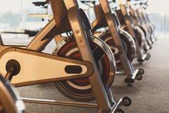 Interior moderno do gym com equipamento, bicicletas de exercício da aptidão imagens de stock royalty free