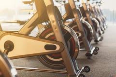 Interior moderno do gym com equipamento, bicicletas de exercício da aptidão imagem de stock