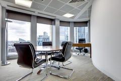 Interior moderno do quarto de reunião do escritório fotos de stock