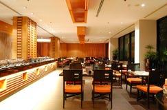 Interior moderno do restaurante na iluminação da noite imagens de stock