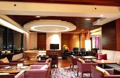 Interior moderno do restaurante na iluminação da noite e na opinião da cidade imagens de stock royalty free