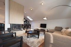Interior moderno do sótão com chaminé Fotografia de Stock Royalty Free