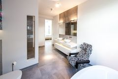 Interior moderno e confortável de uma sala do banho fotos de stock