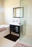 Interior moderno embaldosado del cuarto de baño imagen de archivo