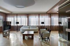 Interior moderno home do teatro com janelas grandes Imagem de Stock Royalty Free
