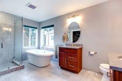 Interior moderno novo cinzento bonito do banheiro. imagens de stock royalty free