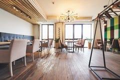Interior moderno y simple del café con muebles clásicos de madera Foto de archivo