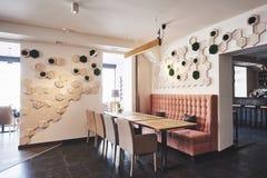 Interior moderno y simple del café con muebles clásicos de madera Fotografía de archivo libre de regalías