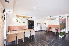 Interior moderno y simple del café con muebles clásicos de madera Fotos de archivo libres de regalías