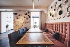Interior moderno y simple del café con muebles clásicos de madera Fotografía de archivo