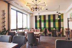 Interior moderno y simple del café con muebles clásicos de madera Fotos de archivo